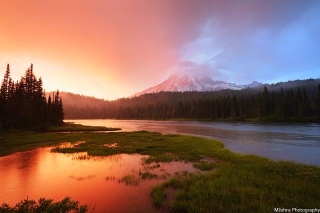 雷尼爾山倒影湖夕色。 拍攝手法:注意拍攝時曝光取得最大的寬容度,以利在後製調整反差。